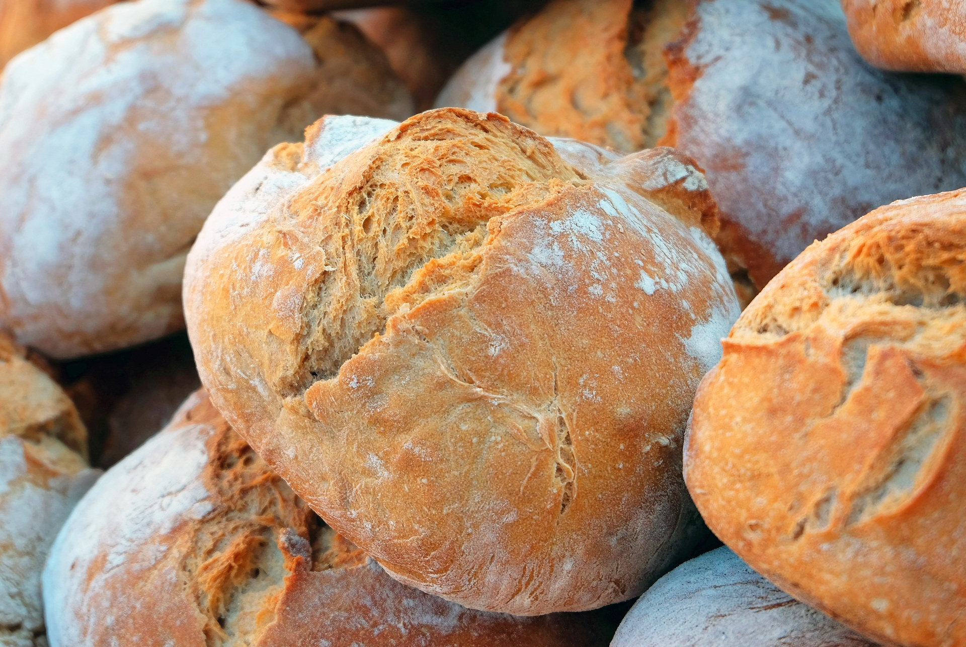 Weizenbrot, mehrere helle Brote aufeinander