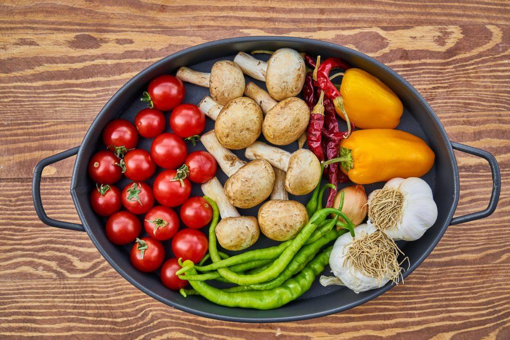 Gemüse in einer schwarzen Auflaufform