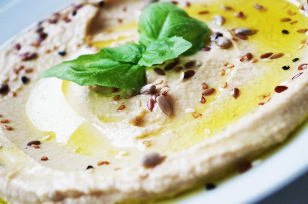 selbstgemachtes Hummus mit etwas Olivenöl und Leinsamen bestreut