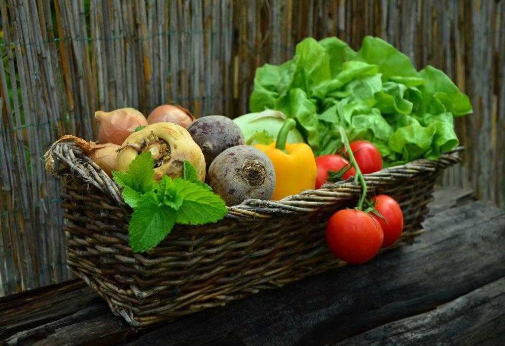 Holzkorb voll mit Gemüse