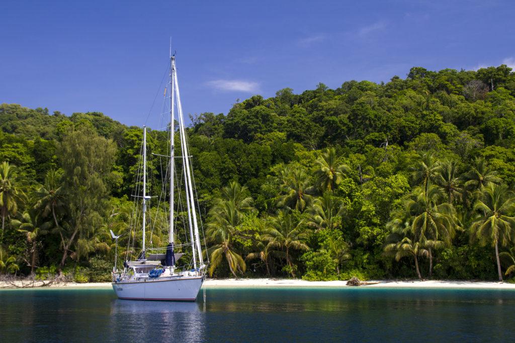 Segelboot vor Anker in einer pazifischen Bucht