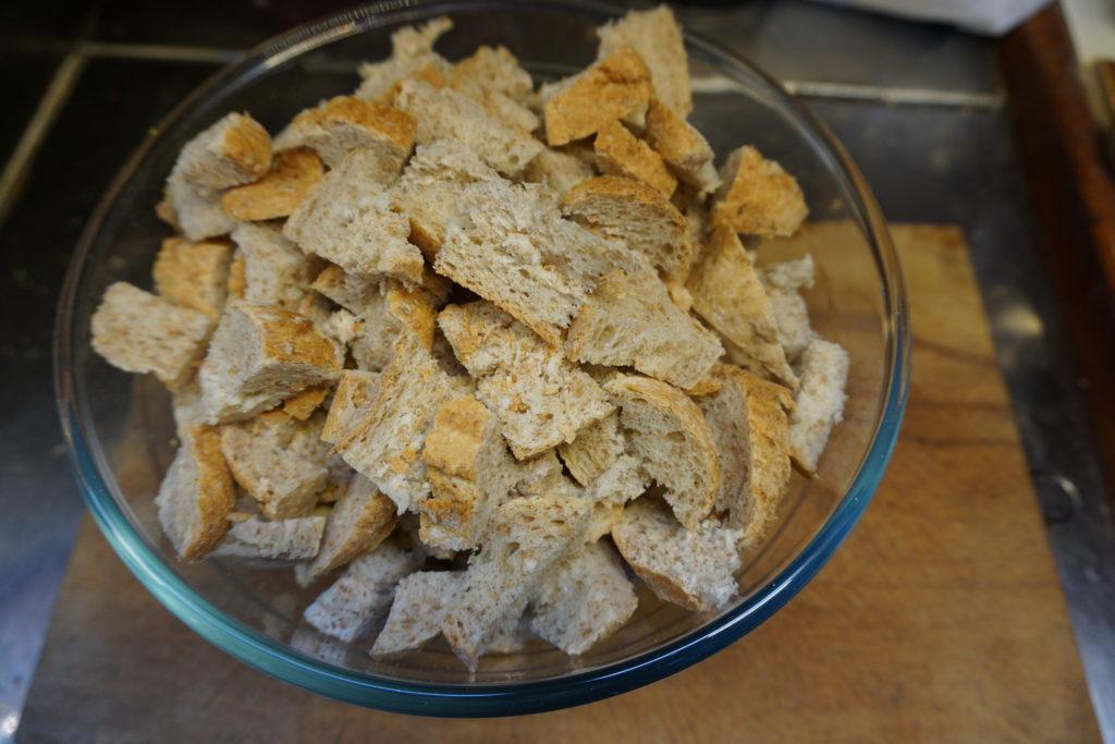 Das Brot für den Ofenschlupfer klein schneiden